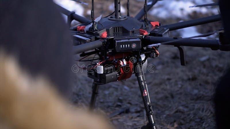 Nahaufnahme von Männern bereitete quadcopter für Flug vor clip Zwei Männer bewundern späteste Version von quadcopter mit leistung lizenzfreie stockfotos