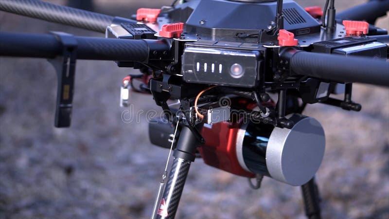 Nahaufnahme von Männern bereitete quadcopter für Flug vor clip Zwei Männer bewundern späteste Version von quadcopter mit leistung lizenzfreies stockbild