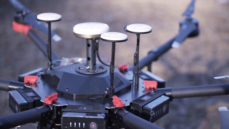 Nahaufnahme von Männern bereitete quadcopter für Flug vor clip Zwei Männer bewundern späteste Version von quadcopter mit leistung lizenzfreies stockfoto
