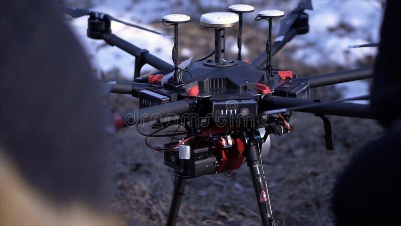 Nahaufnahme von Männern bereitete quadcopter für Flug vor clip Zwei Männer bewundern späteste Version von quadcopter mit leistung stockfotografie