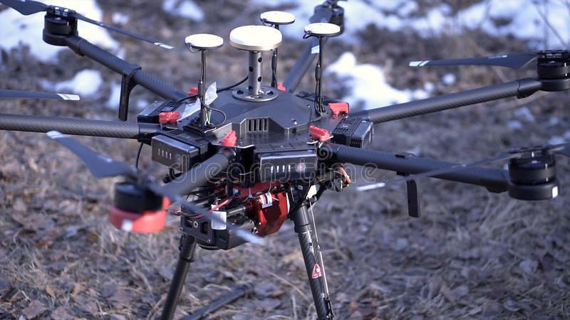Nahaufnahme von Männern bereitete quadcopter für Flug vor clip Zwei Männer bewundern späteste Version von quadcopter mit leistung stockfoto