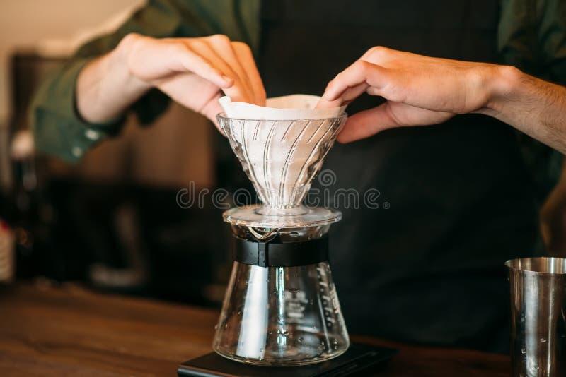 Nahaufnahme von männlichen Händen bereitet Kaffeetopf vor stockbilder
