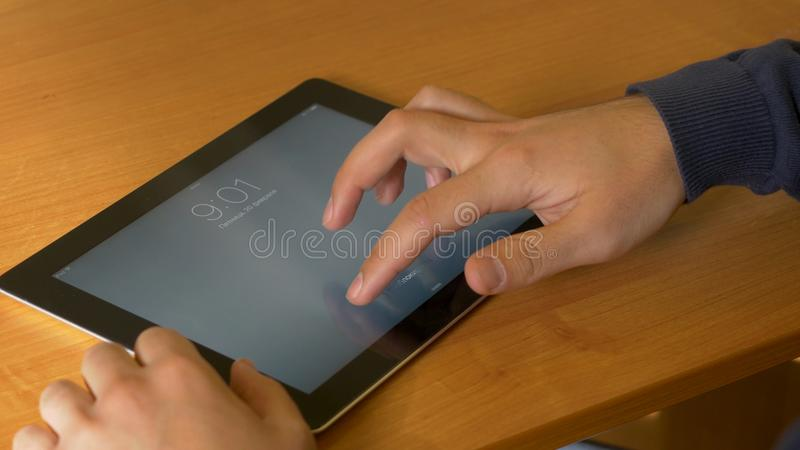 Nahaufnahme von männlichen Händen unter Verwendung der modernen digitalen Tablette und des Computers im Büro, Frontansicht des Ge stockfotografie
