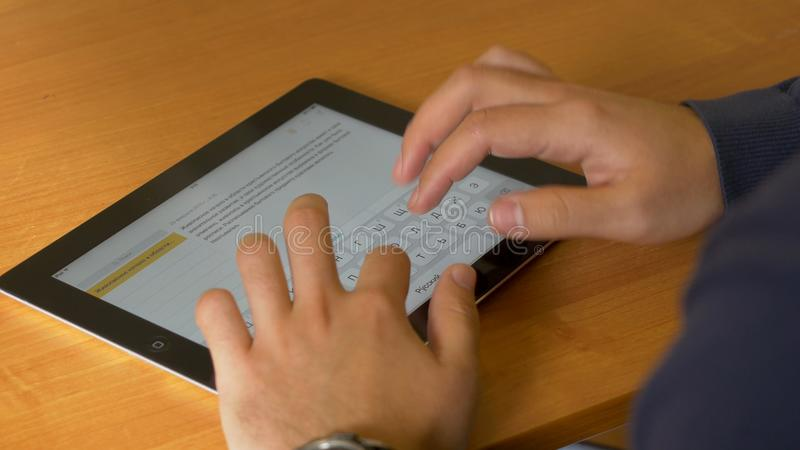Nahaufnahme von männlichen Händen unter Verwendung der modernen digitalen Tablette und des Computers im Büro, Frontansicht des Ge lizenzfreies stockbild