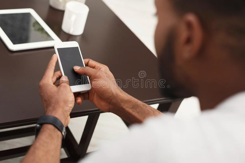 Nahaufnahme von männlichen Händen unter Verwendung des Smartphone mit leerem Bildschirm lizenzfreie stockfotos