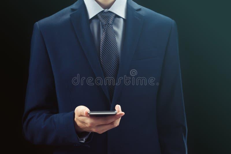 Nahaufnahme von männlichen Händen unter Verwendung des Smartphone am Nacht-, Suchen oder der sozialen Netzwerkekonzept stockfoto