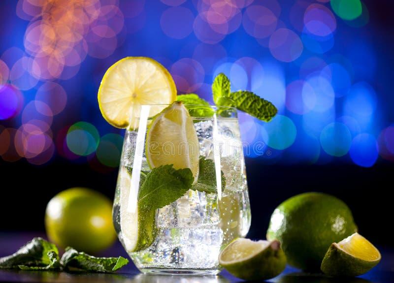 Nahaufnahme von mojito Cocktail auf einer Bar beleuchtet Hintergrund Bestandteile und Geräte stockfotos