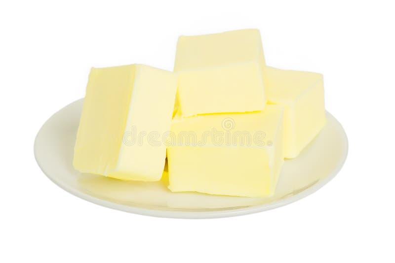 Nahaufnahme von neuen Butterst?cken auf einer wei?en Platte E Sandwichbutter Nat?rliches Fett stockfotos