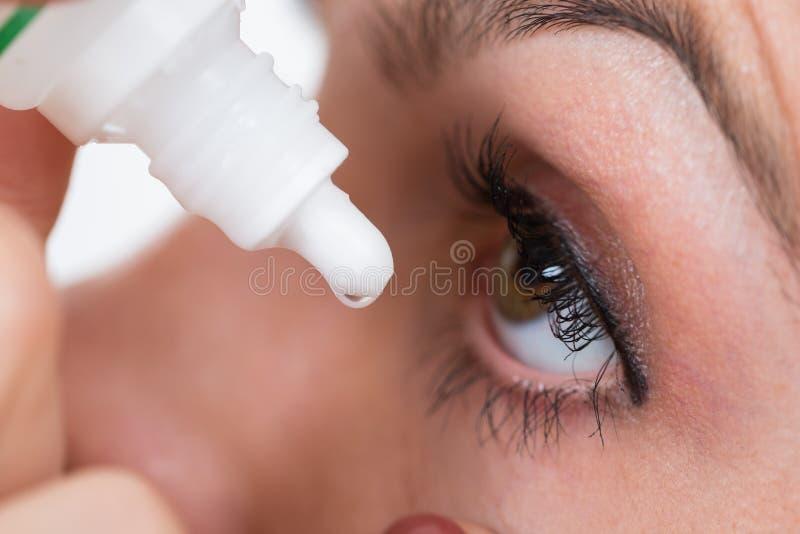 Nahaufnahme von Person Pouring Drops In Eyes lizenzfreie stockfotografie