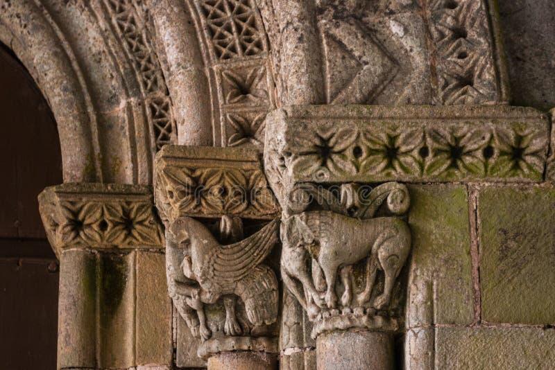 Nahaufnahme von Romanesquearchivolts und -Hauptstädten lizenzfreies stockfoto