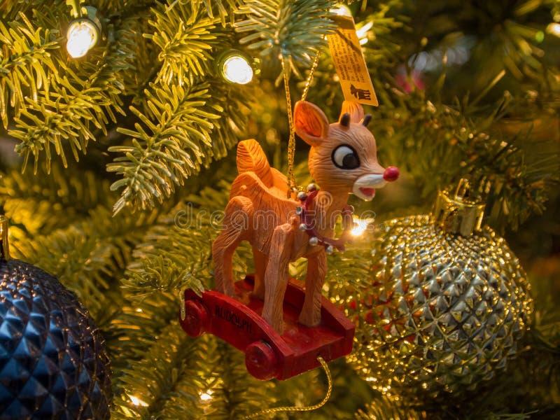 Nahaufnahme von Rudolph umgab durch anderes Gold und blaue Verzierungen mit goldener Beleuchtung stockfotos
