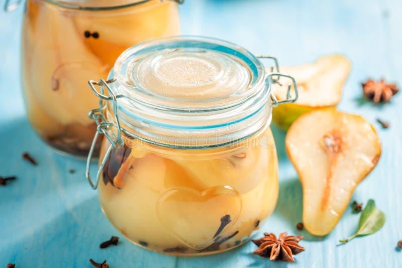 Nahaufnahme von süßen und geschmackvollen in Essig eingelegten Birnen im Sommer lizenzfreie stockfotografie