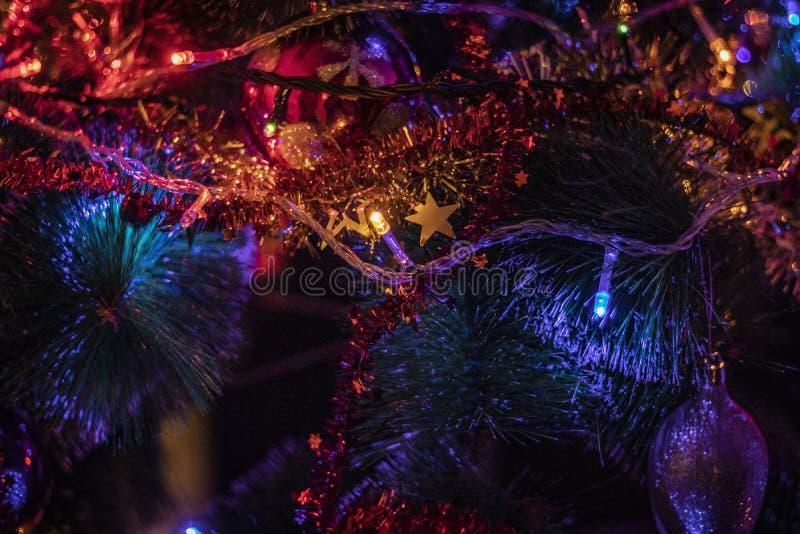Nahaufnahme von schönen bunten Weihnachtsdekorationen mit Girlanden und Lichtern stockfoto