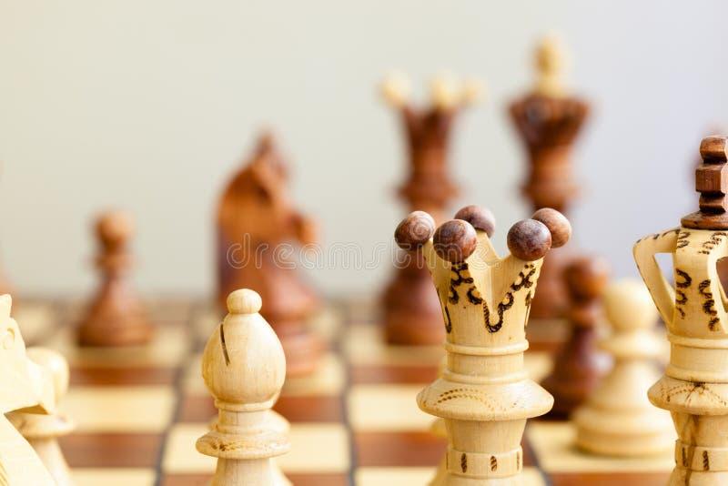 Nahaufnahme von Schachfiguren auf Schachbrett stockbild