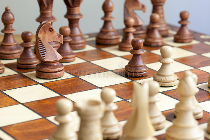 Nahaufnahme von Schachfiguren auf Schachbrett lizenzfreie stockbilder