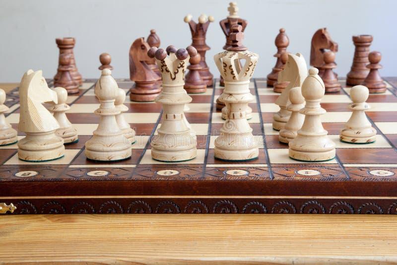 Nahaufnahme von Schachfiguren auf Schachbrett stockfoto