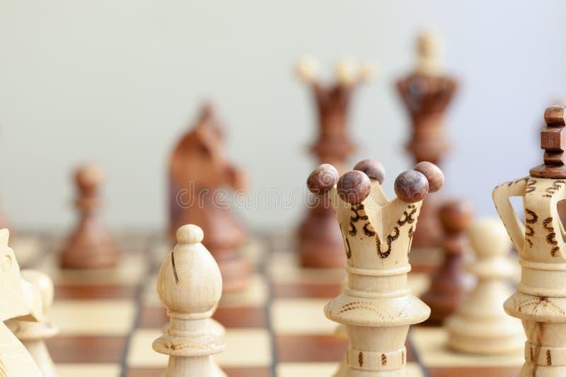 Nahaufnahme von Schachfiguren auf Schachbrett lizenzfreies stockfoto
