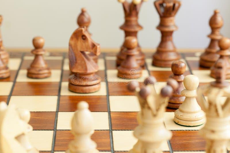 Nahaufnahme von Schachfiguren auf Schachbrett lizenzfreie stockfotos