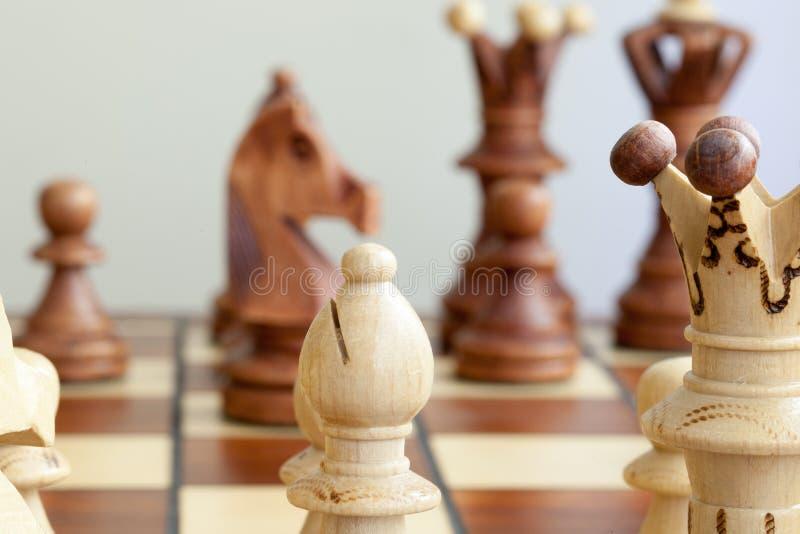 Nahaufnahme von Schachfiguren auf Schachbrett stockfotos