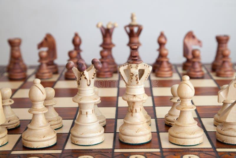 Nahaufnahme von Schachfiguren auf Schachbrett stockbilder