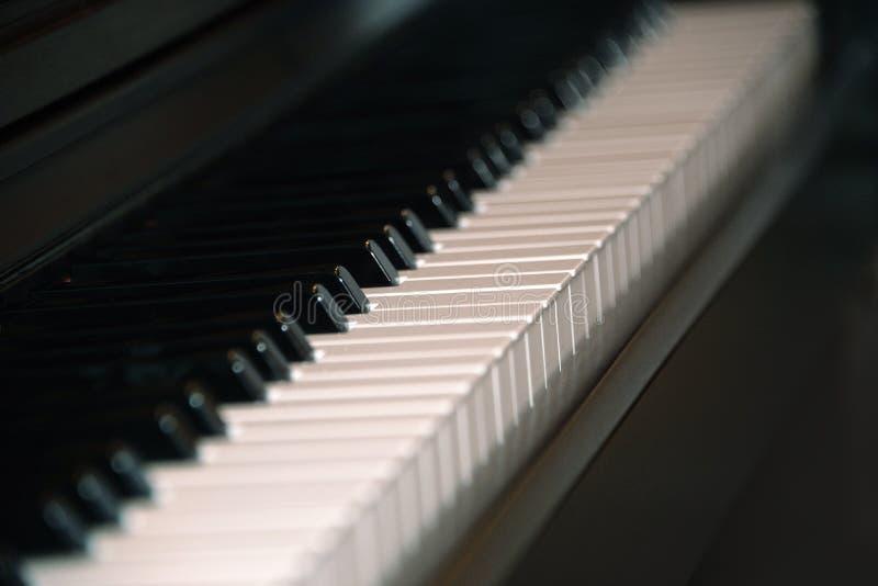 Nahaufnahme von Schwarzweiss-Klavierschl?sseln stockfotografie