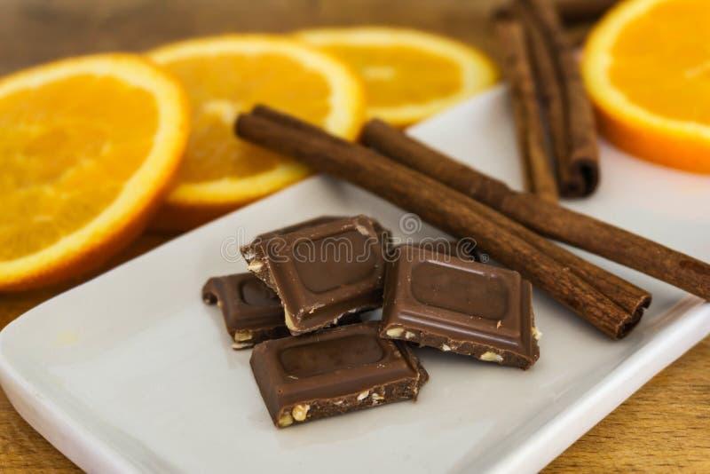 Nahaufnahme von Stücken, Milchschokolade mit zerquetscht, briet Mandel stockbilder