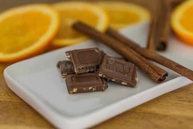 Nahaufnahme von Stücken, Milchschokolade mit zerquetscht, briet Mandel lizenzfreie stockbilder