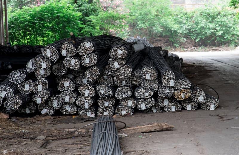 Nahaufnahme von Stahlstangen in einer Stahlwerkwerkstatt lizenzfreie stockfotos