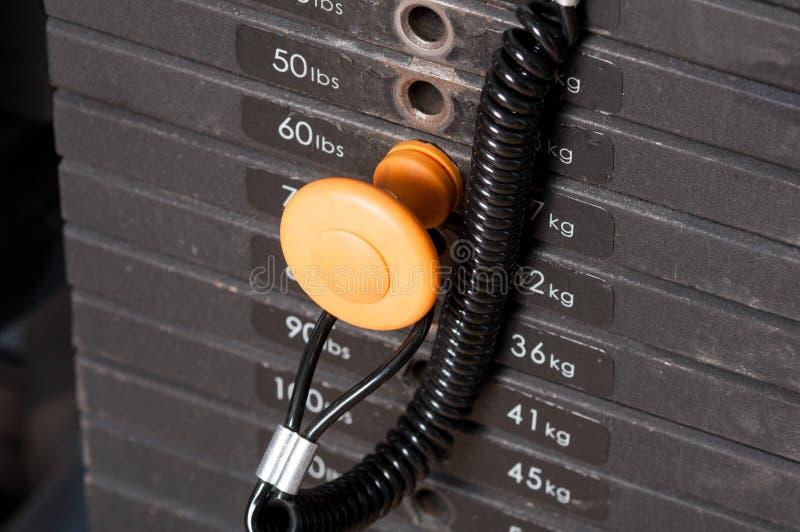 Nahaufnahme von Stapelmetallgewichten in der Turnhallenausrüstung stockfotografie