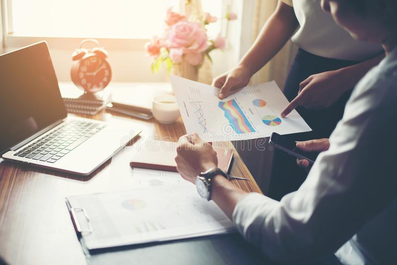 Nahaufnahme von Team Business-Leuten, die einen Finanzplan an besprechen lizenzfreie stockfotos
