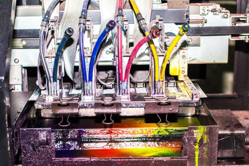 Nahaufnahme von Tintenstrahldruckern in den großen Maschinen Bunter Hintergrund lizenzfreie stockfotos