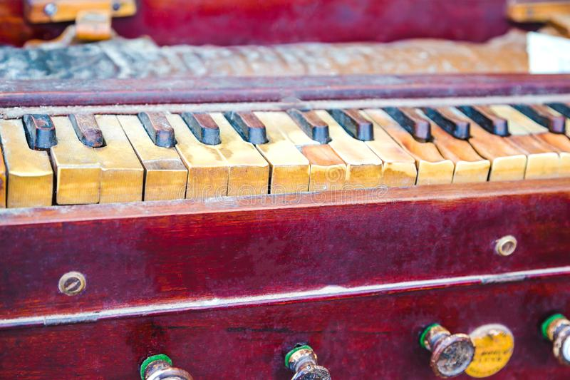 Nahaufnahme von traditionellem altem und von Dusty Harmonium lizenzfreies stockfoto