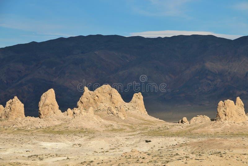 Nahaufnahme von Trona-Berggipfeln gegen dunklen Berg im Hintergrund lizenzfreies stockfoto