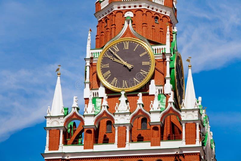 Nahaufnahme von Uhren auf Spasskaya-Turm in Moskau, Russland lizenzfreie stockfotos