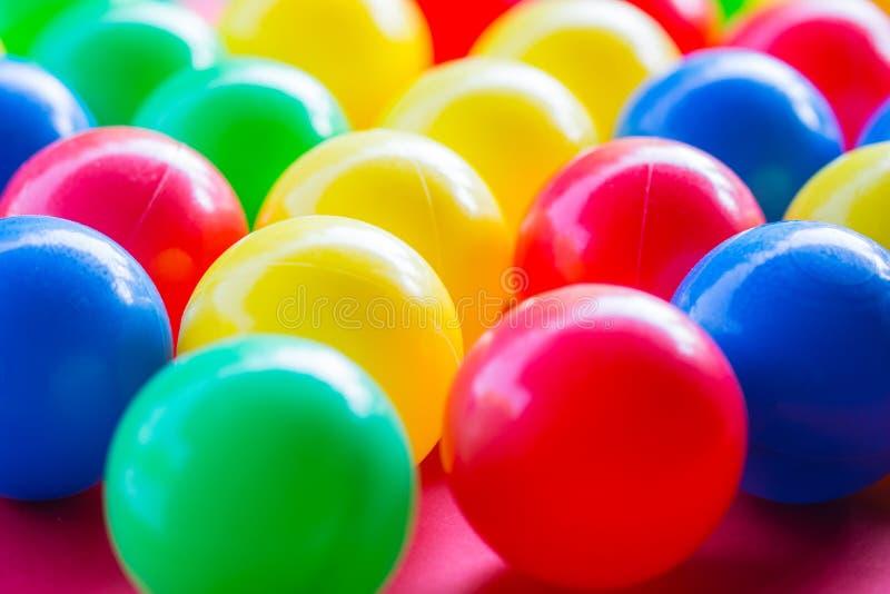 Nahaufnahme von verschiedenen farbigen Bällen mit unscharfem Hintergrund stockbilder