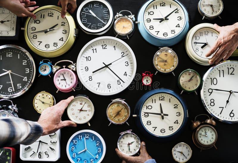 Nahaufnahme von verschiedenen Uhren auf schwarzem Hintergrund stockfoto