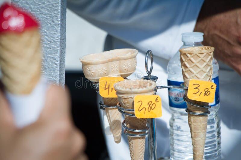 Nahaufnahme von Waffelschalen für Eiscreme mit Preisen lizenzfreie stockfotos