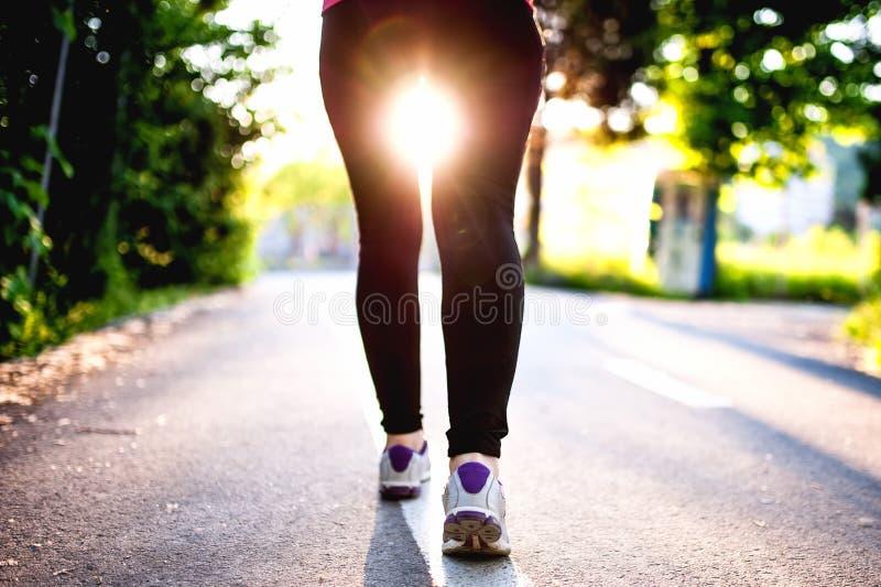 Nahaufnahme von weiblichen Füßen, von Beinen und von Schuhen beim Laufen stockfotografie