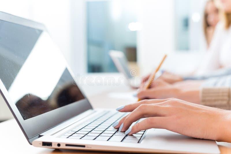 Nahaufnahme von weiblichen Händen auf der Laptoptastatur stockbilder