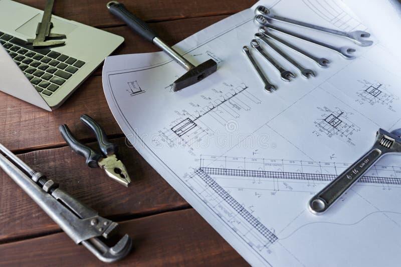 Nahaufnahme von Werkzeugen und von Plänen in der Mechaniker-Werkstatt lizenzfreies stockfoto