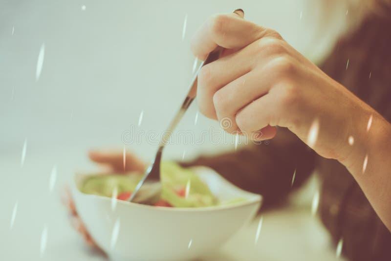 Nahaufnahme von woman's Händen, die frischen Salat essen lizenzfreie stockfotos