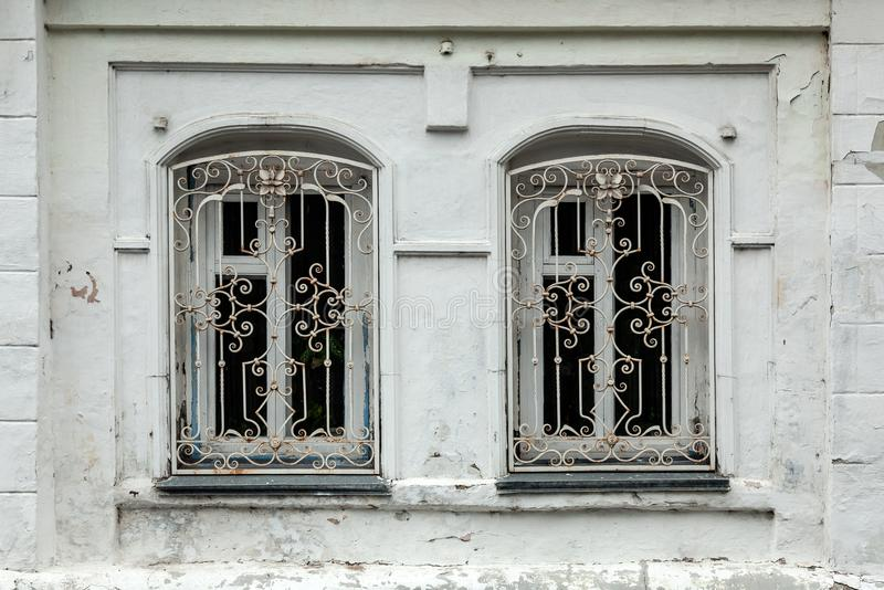 Nahaufnahme von zwei alte Fenster im alten Haus lizenzfreie stockfotografie