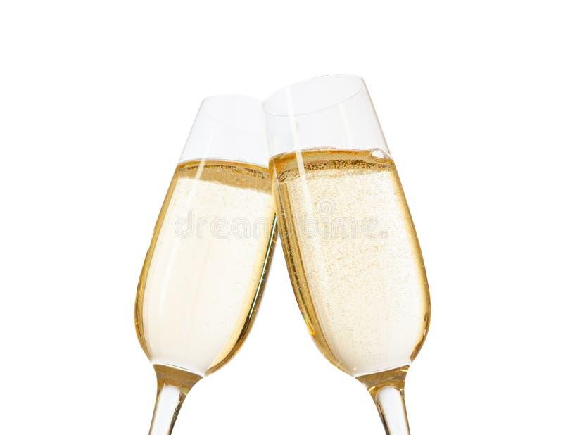 Nahaufnahme von zwei Gläsern von Champagne zusammen klirrend Getrennt auf weißem Hintergrund lizenzfreie stockfotos