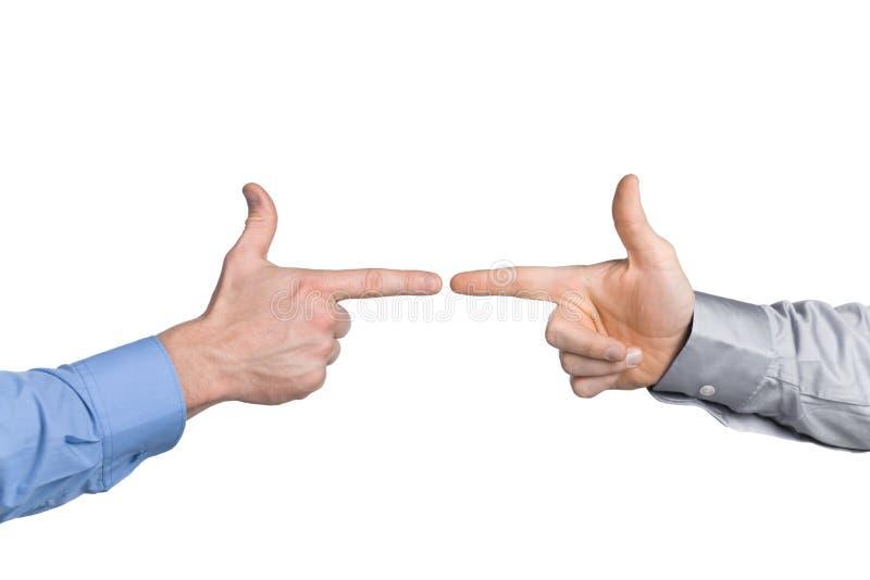 Nahaufnahme von zwei Händen des Geschäftsmannes, zeigend wie eine Gewehr vor einander. Ein getrennt lizenzfreies stockfoto
