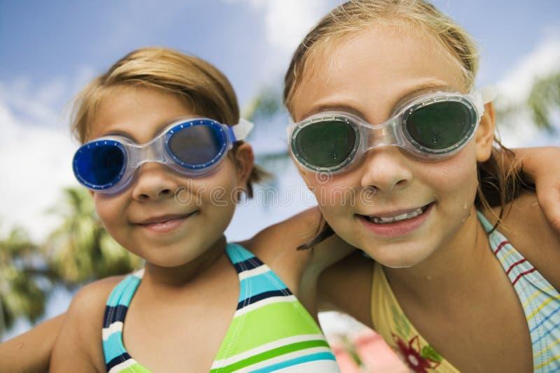 Nahaufnahme von zwei Mädchen, die Schwimmen-Schutzbrillen tragen lizenzfreie stockfotografie