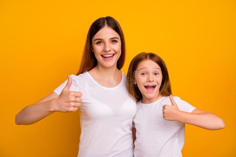 Nahaufnahme von zwei netten fröhlich fröhlichen und zufriedenen zarten Person mit Daumenup und Advert yes Ziel isoliert über stockbilder