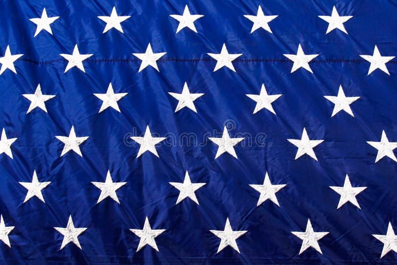 Nahaufnahme-Weiß der amerikanischen Flagge spielt blauen Hintergrund die Hauptrolle lizenzfreies stockfoto
