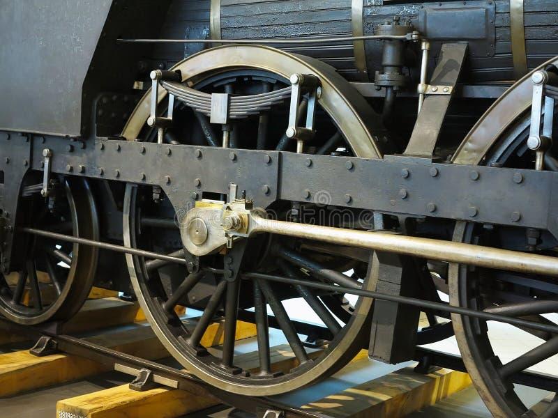 Nahaufnahme zu den Rädern des alten sich fortbewegenden Zugs der Weinlesedampfmaschine stockbilder