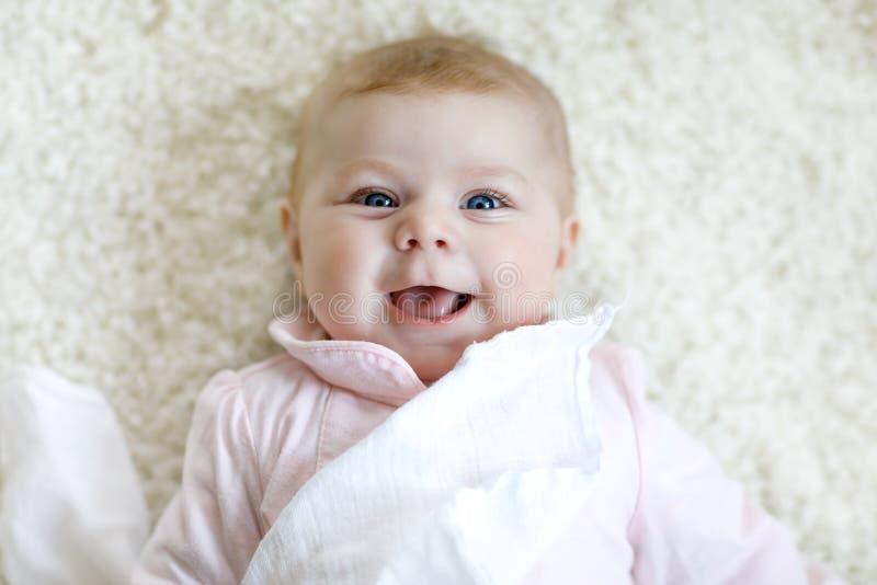 Nahaufnahme zwei oder drei Monate alten Babys mit blauen Augen Neugeborenes Kind, wenig entzückendes ruhiges und aufmerksam stockfoto