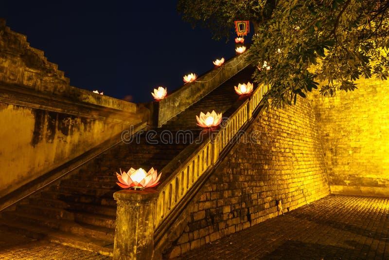 Nahaufnahmealtes Architekturgebäude mit Buddhismusgirlandenblumen ein Nacht lizenzfreies stockfoto